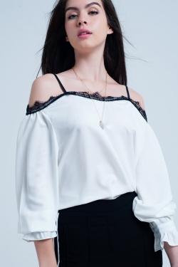 Witte top met zwarte kant en blote schouders